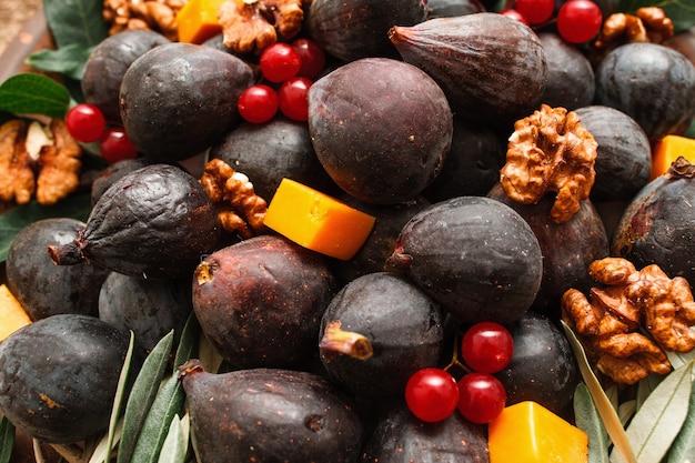Mistura de figos com nozes e frutas vermelhas