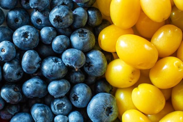 Mistura de frutas amarelas e azuis. fruta de verão mick. layout de berry