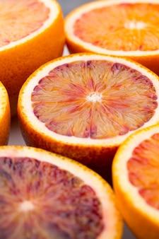 Mistura de frutas cítricas com laranja, figos e limas em um fundo cinza
