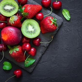 Mistura de frutas e bagas suculentas do verão.