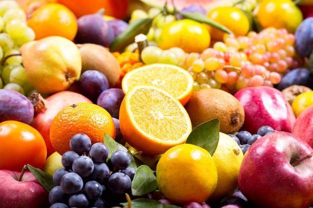 Mistura de frutas e vegetais frescos como