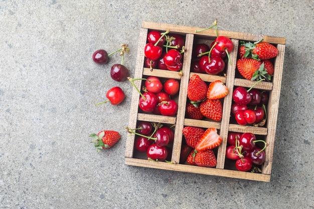 Mistura de frutas frescas em caixa de madeira vintage no rústico.