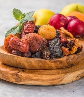 Mistura de frutas secas sortidas orgânicas saudáveis close up salgadinhos de frutas secas maçãs secas manga feijoa damascos secos ameixas secas vista superior