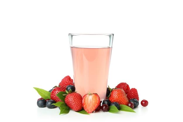 Mistura de frutas vermelhas e suco isolado no branco