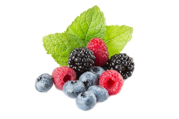 Mistura de frutas vermelhas. framboesas, mirtilos e amoras em um fundo branco