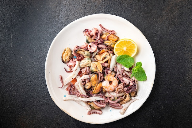 Mistura de frutos do mar camarão lula mexilhão rapan polvo porção fresca pronta para comer lanche