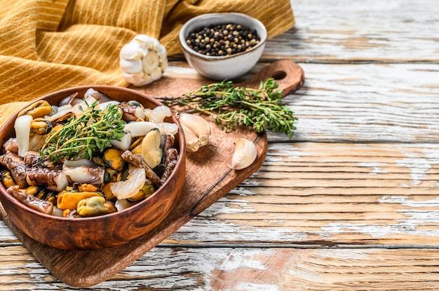 Mistura de frutos do mar em uma tigela de madeira