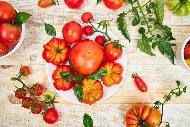 Mistura de fundo de tomate. tomates vermelhos orgânicos suculentos bonitos