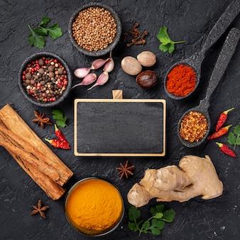 Mistura de ingredientes de comida asiática plana leigos com lousa em branco