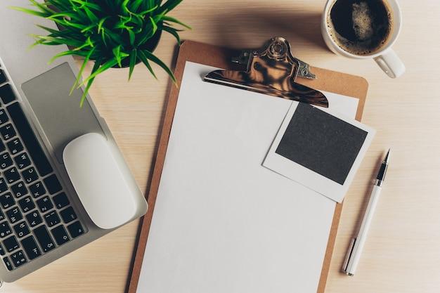 Mistura de material de escritório e gadgets em madeira