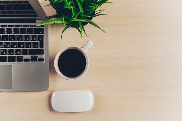 Mistura de material de escritório e gadgets em uma mesa de madeira