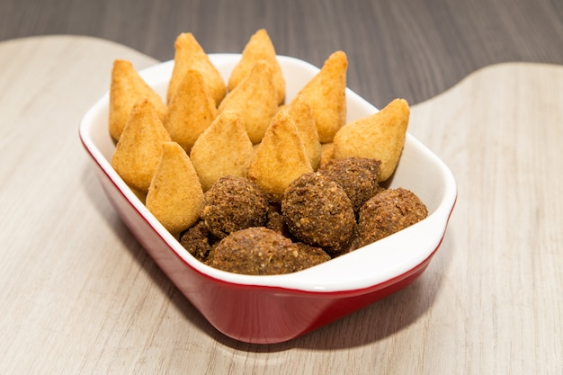 Mistura de mini petiscos fritos brasileiros