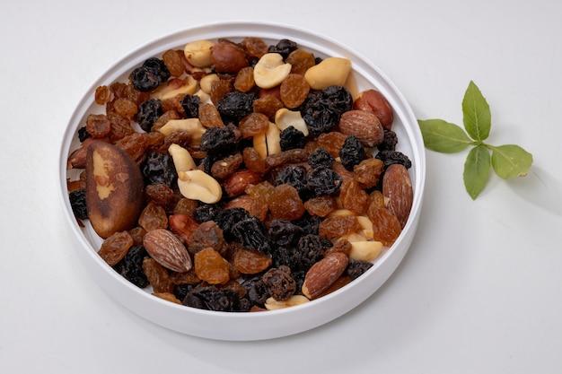 Mistura de nozes com frutas secas, amendoim, castanha do brasil, castanha de caju, amêndoas, passas pretas e passas brancas