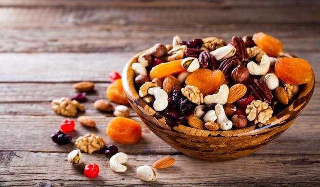 Mistura de nozes e frutas secas. conceito de comida saudável.