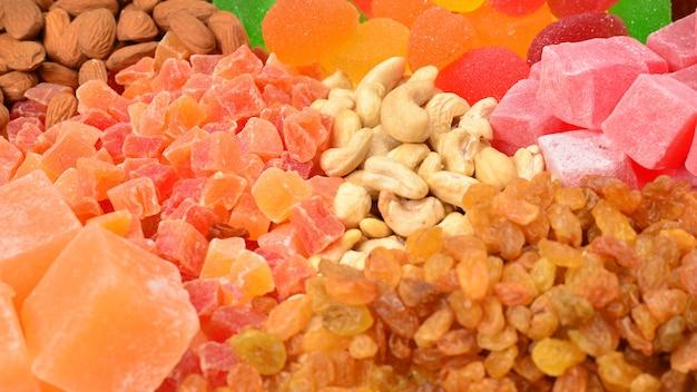 Mistura de nozes e frutas secas e fundo de doces delícias turcas.