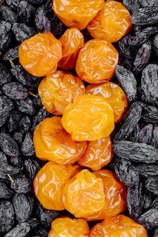 Mistura de passas de frutas secas pretas com ameixas de cereja close-up vista