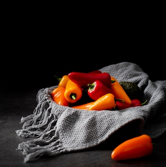 Mistura de pimenta com toalha de cozinha em vista frontal
