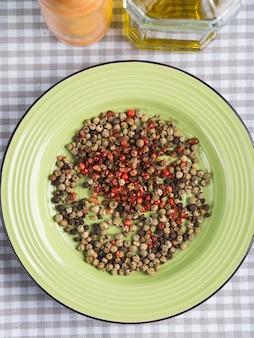 Mistura de pimenta em um prato verde