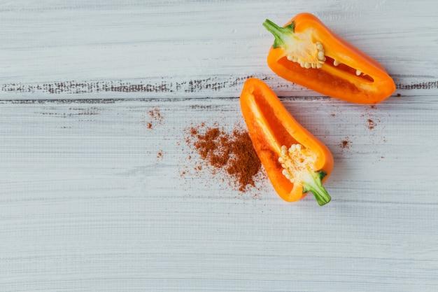 Mistura de pimentas coloridas na mesa de madeira branca