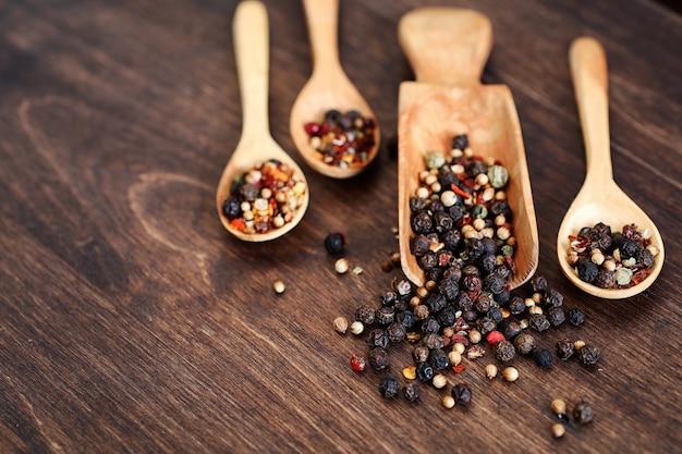 Mistura de pimentas para cozinhar em fundo de madeira