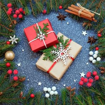 Mistura de presentes em caixas de presente embrulhadas em papel vermelho e artesanal.
