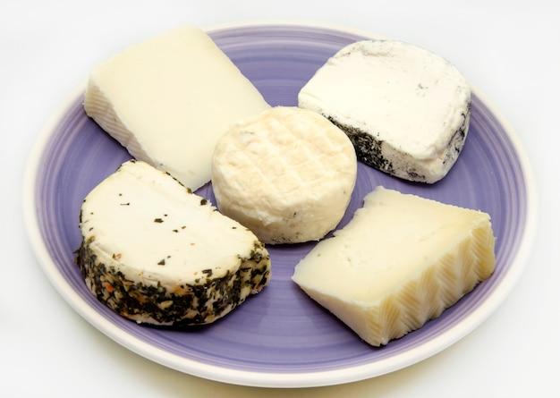 Mistura de queijos em um prato