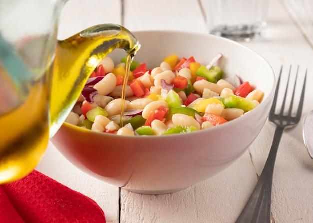 Mistura de salada de feijão e óleo