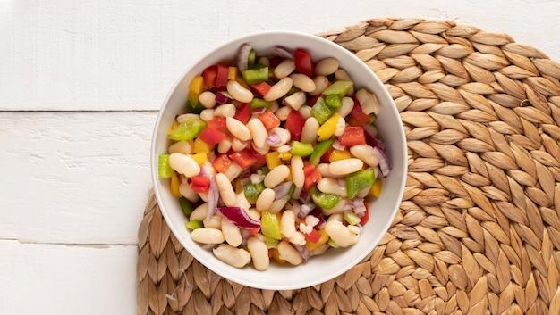 Mistura de salada de feijão na horizontal
