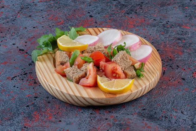 Mistura de salada dietética e nabos fatiados servidos em uma travessa de madeira com fundo de cor escura. foto de alta qualidade