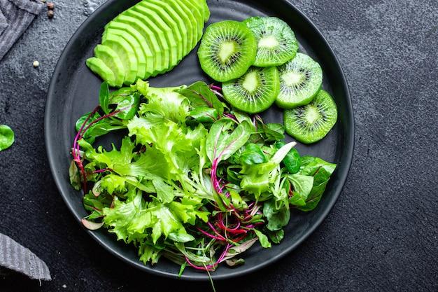 Mistura de salada fresca com kiwi e abacate verde deixa dieta keto ou paleo