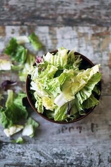 Mistura de saladas em uma tigela. folhas verdes alface suculenta. o conceito de uma dieta saudável. foco seletivo.
