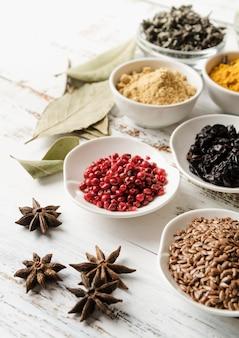 Mistura de sementes orgânicas e flores secas de anis estrelado