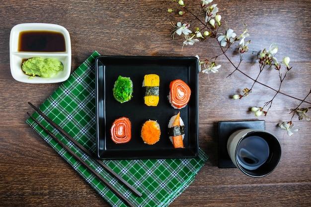 Mistura de sushi de comida japonesa e wasabi e molho de soja