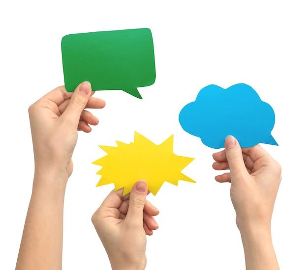 Mistura de tema de mensagem de texto de balão de fala, mãos com caixa de texto de papel, isolado em uma foto de fundo branco