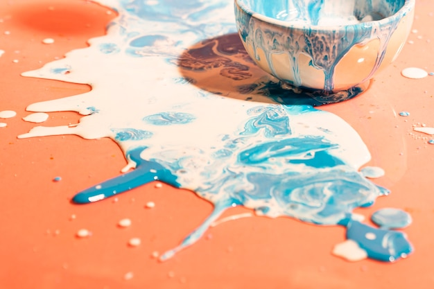 Mistura de tinta azul e branca de alto ângulo