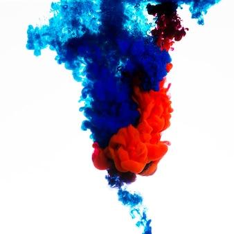 Mistura de tinta azul e vermelha brilhante
