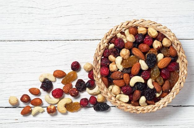 Mistura de várias nozes e frutas secas na cesta