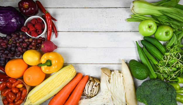 Mistura de vegetais e frutas alimentos saudáveis comer limpo para a saúde - frutas maduras frescas sortidas vermelho amarelo roxo e verde mercado de vegetais colheita de produtos agrícolas