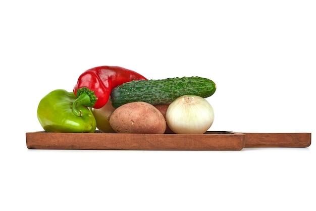 Mistura de vegetais em uma travessa de madeira.