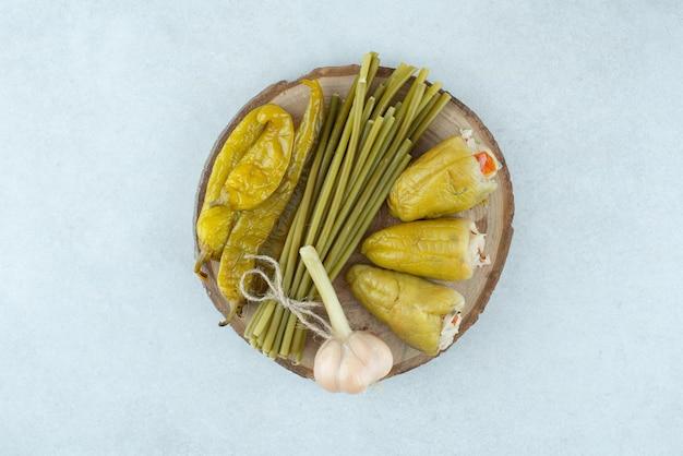 Mistura de vegetais fermentados na peça de madeira.