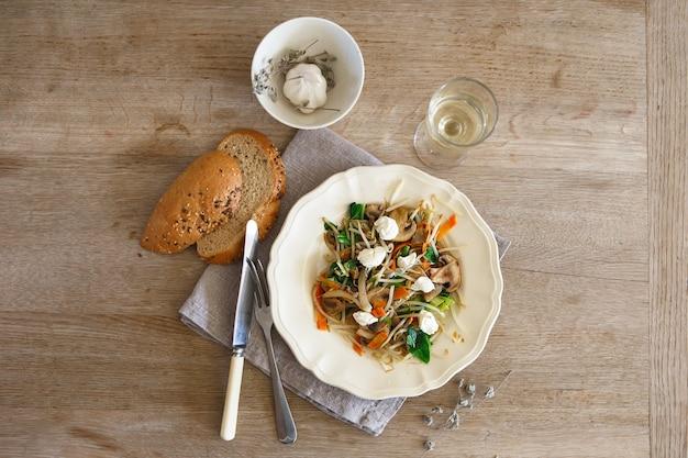 Mistura de vegetais salteados com cogumelos e queijo cottage.