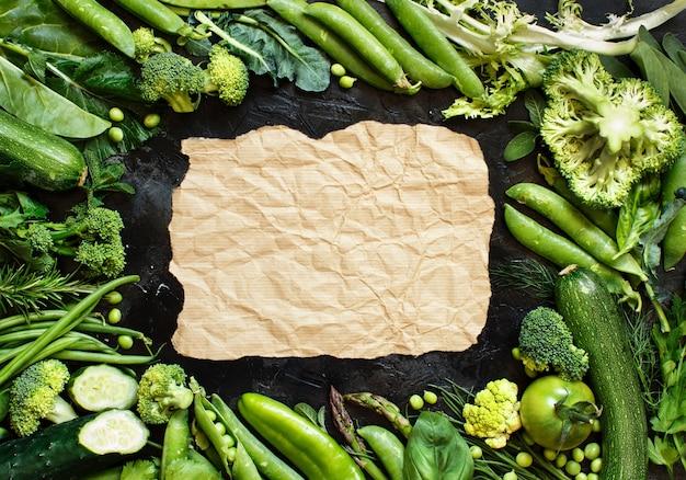 Mistura de vegetais verdes em uma mesa escura close-up