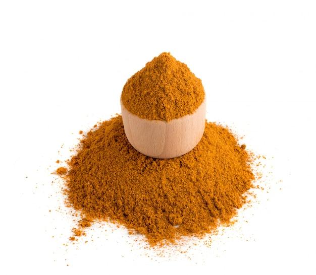 Mistura em pó de tempero de laranja isolada no fundo branco no estilo bazar