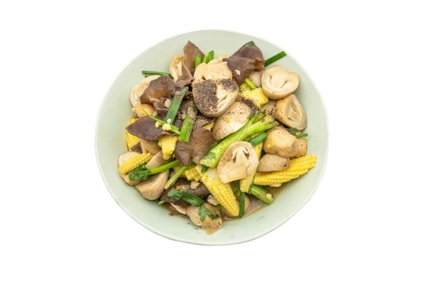 Mistura frita cogumelo vegetal misturado e milho de bebê com ostra isolado no fundo branco