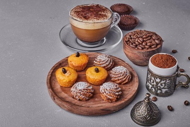 Mistura para pastelaria com uma chávena de café.