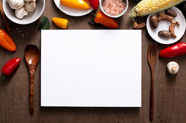 Mistura plana de vegetais com retângulo em branco