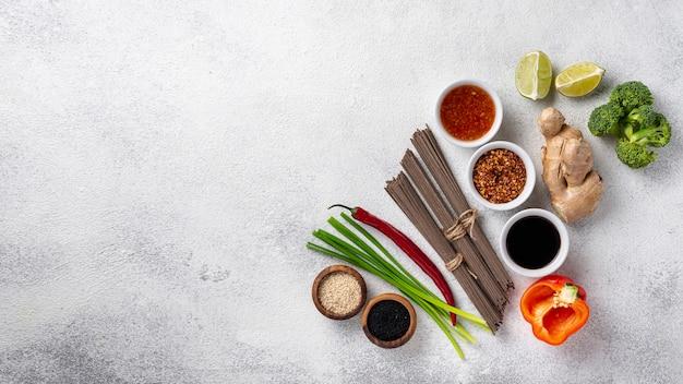 Mistura plana leiga de ingredientes alimentares asiáticos, com espaço de cópia