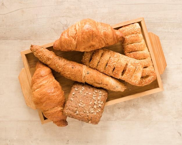 Mistura plana leiga de pastelaria em caixa de madeira