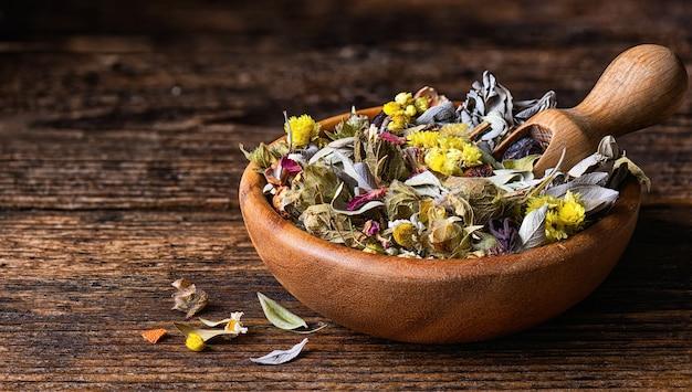 Mistura seca de chá de ervas de várias plantas medicinais