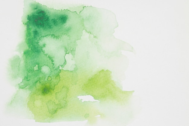 Mistura verde e amarela de tintas em papel branco